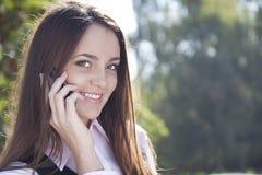 De vraag van het meisje telefonisch en glimlach Stock Afbeeldingen