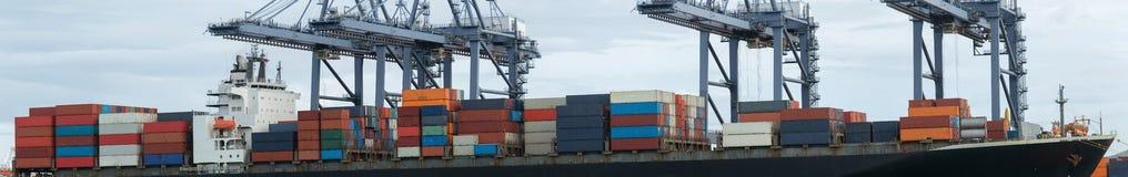 De vrachtschip van de containerlading Stock Afbeeldingen
