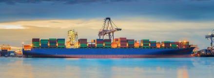 De vrachtschip van de containerlading Royalty-vrije Stock Afbeeldingen