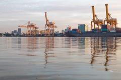 De vrachtschip van de containerlading in de ochtend, in Bangkok Thailand Stock Fotografie