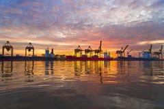 De vrachtschip van de containerlading in de ochtend, in Bangkok Thailand Stock Foto's