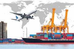 De vrachtschip van de containerlading met de werkende brug van de kraanlading Stock Fotografie