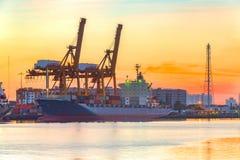 De vrachtschip van de containerlading met werkende brug i van de kraanlading Royalty-vrije Stock Foto's