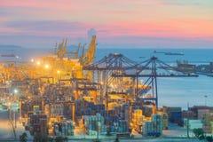 De vrachtschip van de Lading van de container met werkende kraan Royalty-vrije Stock Afbeeldingen