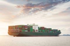 De vrachtschip van de Lading van de container met werkende kraan Stock Afbeeldingen