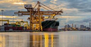 De vrachtschip van de Lading van de container met werkende kraanbrug in shipya Stock Foto's