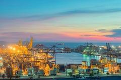 De vrachtschip van de Lading van de container met werkende kraanbrug in shipya Stock Fotografie
