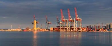 De vrachtschip van de Lading van de container met werkende kraan stock foto's