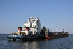 De vrachtschipvlotters over het Tsimlyansk-Reservoir aan een slot van volga-trekken Kanaal aan stock foto's