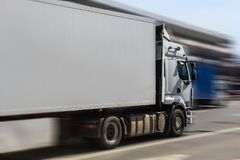De vrachtwagen beweegt zich onderaan de straat stock foto