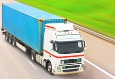 De vrachtwagen beweegt zich snel Stock Afbeeldingen