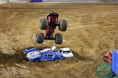 De vrachtwagen die van het monster in lucht vliegt Stock Afbeelding
