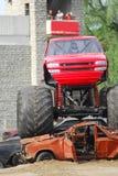 De vrachtwagen die van het monster wrakken beklimt Stock Afbeeldingen
