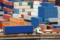 De vrachtwagen draagt container aan pakhuis dichtbij het overzees stock foto