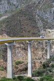 De vrachtwagen drijft over een lange brug in Mexico Royalty-vrije Stock Fotografie