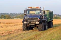 De vrachtwagen en de aanhangwagen van het landbouwbedrijf Royalty-vrije Stock Foto