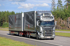 De Vrachtwagen en de Aanhangwagen van Scania R560 op de Zomersnelweg Royalty-vrije Stock Afbeeldingen
