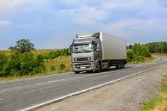 De vrachtwagen gaat op de weg Stock Afbeeldingen