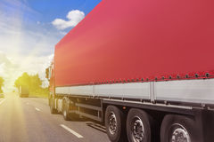 De vrachtwagen gaat op de weg Royalty-vrije Stock Foto's