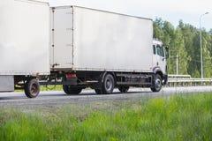 De vrachtwagen gaat op de weg Royalty-vrije Stock Foto
