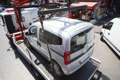 De vrachtwagen laadt gezuiverde auto op straat Stock Foto