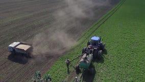 De vrachtwagen laadt zaad in zaad het plaatsen stock video
