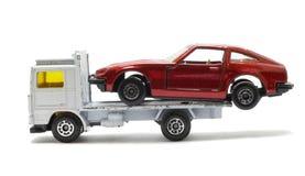de vrachtwagen levert beschadigde auto Royalty-vrije Stock Afbeeldingen