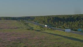 De vrachtwagen levert de goederen stock videobeelden