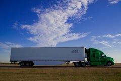 De vrachtwagen loopt op de snelweg van de kant van het land in Amerika Amerika is een continent waar hoofdzakelijk levende Amerik royalty-vrije stock foto