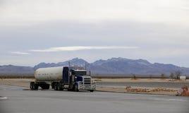 De vrachtwagen met de tank Stock Foto's