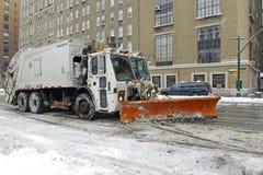 De vrachtwagen met ploeg maakt sneeuw op de straat schoon, de Stad van New York Royalty-vrije Stock Afbeeldingen