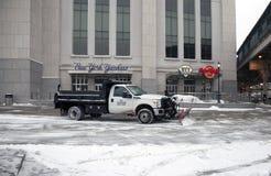 De vrachtwagen met ploeg ontruimt sneeuw Royalty-vrije Stock Afbeeldingen