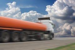 De vrachtwagen op asfaltweg stock fotografie