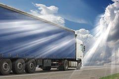 De vrachtwagen op asfaltweg stock afbeeldingen