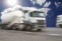 De vrachtwagen op asfaltweg royalty-vrije stock foto's