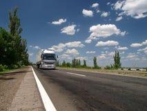 De vrachtwagen op een weg stock foto's