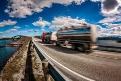 De vrachtwagen sleept onderaan de weg op de achtergrond de Atlantische Oceaan R mee Stock Foto's