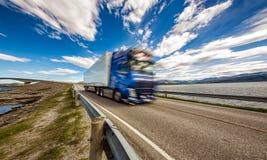 De vrachtwagen sleept onderaan de weg op de achtergrond de Atlantische Oceaan R mee Stock Fotografie