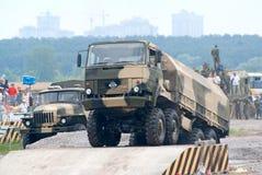 De vrachtwagen URAL beklimt over hindernis Stock Fotografie