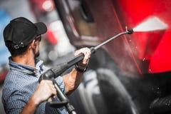 De Vrachtwagen van bestuurderswashing his semi stock afbeeldingen