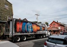 De vrachtwagen van de bierlevering buiten een Bar in Downton Salem, doctorandus in de letteren wordt gezien die royalty-vrije stock foto