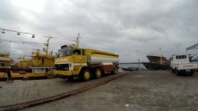 De vrachtwagen van de brandstoftanker bij vissershavenhaven die wordt geparkeerd stock videobeelden