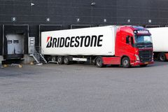 De vrachtwagen van Bridgestone op een logistisch centrum stock afbeelding
