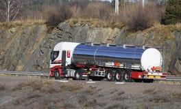 De vrachtwagen van de brandstof in beweging royalty-vrije stock foto