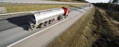De vrachtwagen van de brandstof in beweging Stock Foto