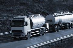 De vrachtwagen van de brandstof bij zonsondergang Stock Afbeelding