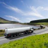 De vrachtwagen van de brandstof het drijven op weg stock foto's