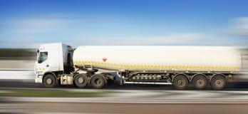 De vrachtwagen van de brandstof in motie stock foto