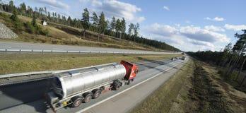 De vrachtwagen van de brandstof in vage motie stock afbeelding
