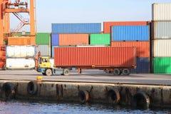 De vrachtwagen van de container Stock Afbeeldingen